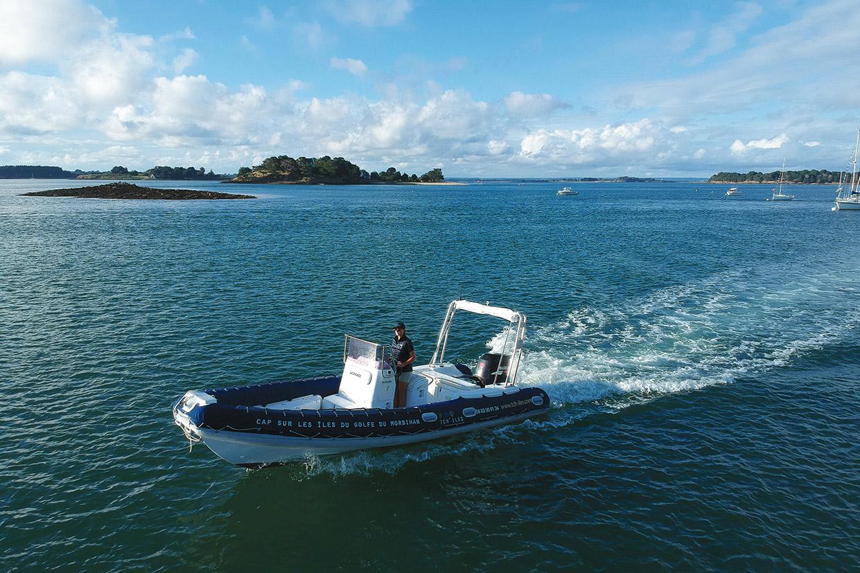 Navigation du bateau de croisière TCH-ILES dans le Golfe du Morbihan